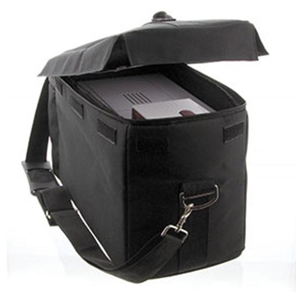 Transporttaske til Zenius og Primacy kortprinter, beskytter printer og tilbehør, når du er på farten, samtidig med den giver nem bærekomfort takket være den glidende skulderrem og håndtag. Ekstra rum til netdel, farvebånd, plastkort m.m. Fra RD Data