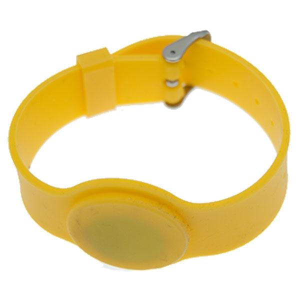 Silikone armbånd gul med mifare S 50 1K. kompatibel Chip. EEPROM: 1 KB organiseret i 16 sektorer à 4 blokke à 16 byte. Justerbar rem.