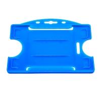 Blå åben kortholder i hård plast til 1 kort, horisontal eller vertikal.  Kortholderen kan forsynes med halssnor, seleclips, yoyo m.m.
